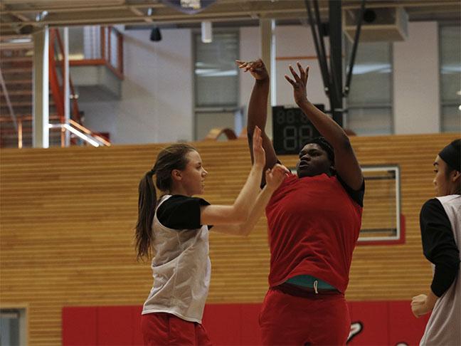Uju+Chibuogwu+pulls+up+for+a+jumper+during+practice.+Chibuogwu%2C+a+freshman%2C+is+Everett%E2%80%99s+leading+scorer.
