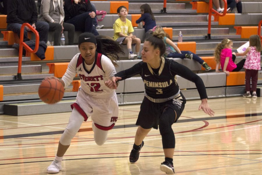 Aloha+Salem+drives+to+the+rim+during+Everett%27s+win+over+Peninsula.+The+Trojans+took+sole+possession+of+NWAC+North+with+their+win+on+Saturday.+