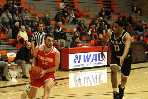 EvCC Men's Basketball Outlasts Peninsula in Close Victory