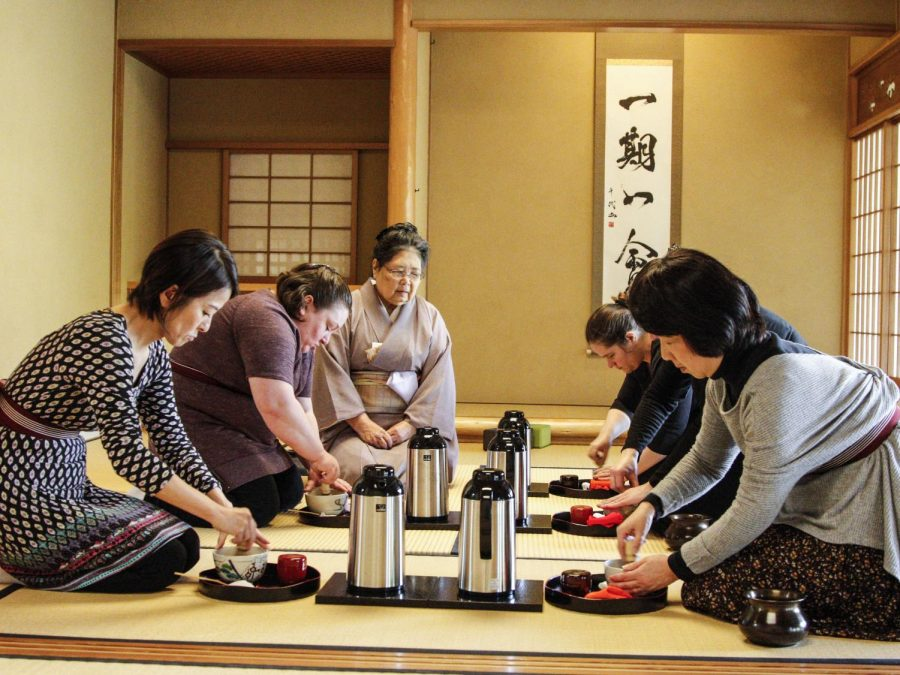 Tea+students+practice+chado+under+tea+master+Masaye+Nakagawa+at+the+tea+room+adjoined+to+the+Nippon+Business+Institute+on+Feb.+26.+
